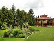 Summerhouse en el jardín con las sillas de plegamiento fotos de archivo libres de regalías