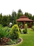 Summerhouse im Garten mit Stühlen Stockbild