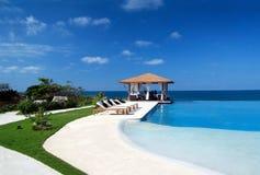 Summerhouse mit Swimmingpool nahe Ozean Stockfotografie