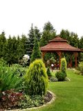 Summerhouse no jardim com cadeiras Imagem de Stock