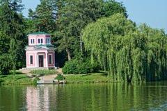 Summerhouse por el lago Fotos de archivo