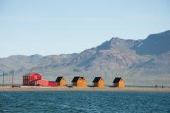 Summerhouses in de fjord Royalty-vrije Stock Foto's