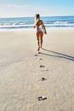 summertime Praticare il surfing Sport di estate Donna con funzionamento del surf Immagini Stock Libere da Diritti