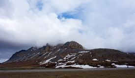 Dramatic weather rolling across the arctic in the springtime. The summit of an alaskan mountain range along the famous dalton highway Stock Photo