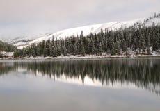 Summit See im Winter lizenzfreie stockfotografie
