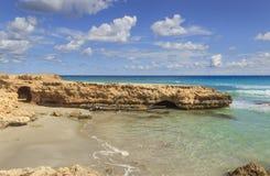 Summmer sulla spiaggia isolata Costa di Salento, Conca Specchiulla Puglia, ITALIA Fotografia Stock