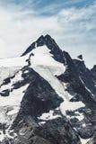 Summmit isolato dalla neve in montagne delle alpi Fotografie Stock Libere da Diritti
