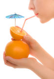 Sumo de laranja bebendo da faculdade criadora da mulher Imagens de Stock
