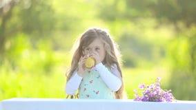 Sumo de laranja bebendo da menina