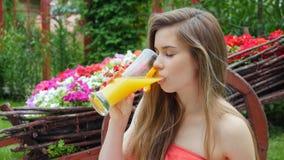 Sumo de laranja bebendo da menina video estoque