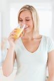 Sumo de laranja bebendo da mulher Charming Fotografia de Stock Royalty Free