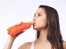Sumo de laranja bebendo da mulher nova Foto de Stock Royalty Free