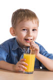 Sumo de laranja bebendo do miúdo Imagem de Stock