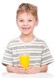 Sumo de laranja bebendo do rapaz pequeno imagens de stock