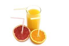 Sumo de laranja com fatias de citrinos frescos. Imagem de Stock