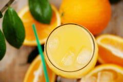 Sumo de laranja com gelo imagem de stock royalty free