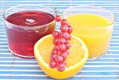 Sumo de laranja com suco de airela Fotos de Stock
