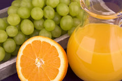 Sumo de laranja com uvas Foto de Stock Royalty Free