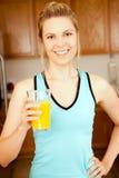 Sumo de laranja da mulher Foto de Stock