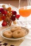 Sumo de laranja e buiscuits imagens de stock royalty free