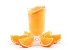 Sumo de laranja e fatias alaranjadas Foto de Stock Royalty Free