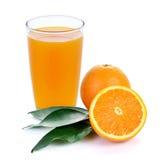 Sumo de laranja e fatias de laranja foto de stock