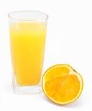 Sumo de laranja e fatias de laranja isolados Fotos de Stock