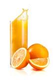 Sumo de laranja e fatias saudáveis frescos de laranjas Foto de Stock