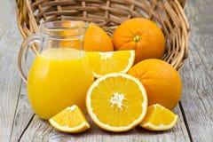Sumo de laranja e frutas frescas Foto de Stock