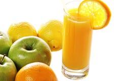 Sumo de laranja e frutas frescos Fotografia de Stock Royalty Free