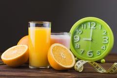 Sumo de laranja e frutas frescos Imagem de Stock
