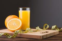 Sumo de laranja e frutas frescos Imagens de Stock