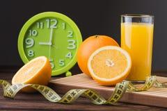 Sumo de laranja e frutas frescos Foto de Stock