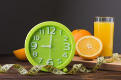 Sumo de laranja e frutas frescos Fotos de Stock Royalty Free