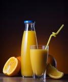 Sumo de laranja e fruto frescos Foto de Stock Royalty Free