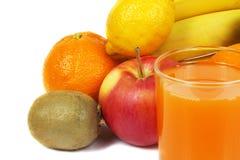 Sumo de laranja e frutos frescos Foto de Stock