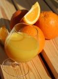 Sumo de laranja e laranjas frescos foto de stock
