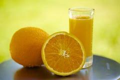 Sumo de laranja espremido fresco imagem de stock