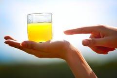 Sumo de laranja na mão Fotografia de Stock Royalty Free