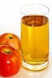 Sumo de maçã com maçãs Foto de Stock