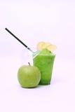 Sumo de maçã verde fresco imagens de stock royalty free