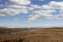 Sumpfiges bogland mit Windkraftanlagen Lizenzfreie Stockfotos