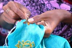 SUMRASAR, ГУДЖАРАТ, ИНДИЯ: Традиционная вышивка в Sumrasar, местной деревне около Bhuj Стоковые Фото