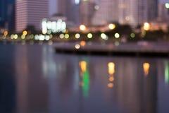 Sumário, bokeh do borrão da luz da arquitetura da cidade da noite, fundo defocused Imagens de Stock Royalty Free