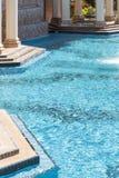 Sumário luxuoso elaborado da piscina e da banheira de hidromassagem Fotografia de Stock Royalty Free