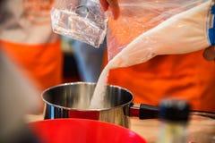 Sumujący cukier w saucpan zakończeniu Zdjęcie Stock
