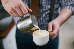 Sumujący mleko w kawę fotografia stock