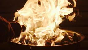 Sumujący węgiel drzewny zapalniczki fluid w grilla grilla ogienia Super zwolnione tempo strzelający na Czerwonej kamerze zbiory wideo