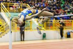 SUMY, UCRAINA - 18 FEBBRAIO 2017: Klintsova Liliia che esegue salto in alto nella concorrenza finale sull'atletica dell'interno u Fotografia Stock