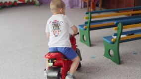 SUMY, UCRAINA - 24 GIUGNO 2017: Bambini, giro degli orfani sui motocicli del giocattolo stock footage